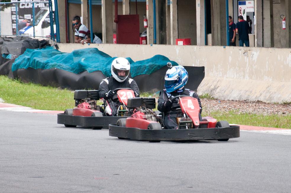 Alexandre Gregoski (BTR) e Fernando Vivaldini (VH) disputam a P10. PKL-E01. T-2016. PKL Paulista Kart League