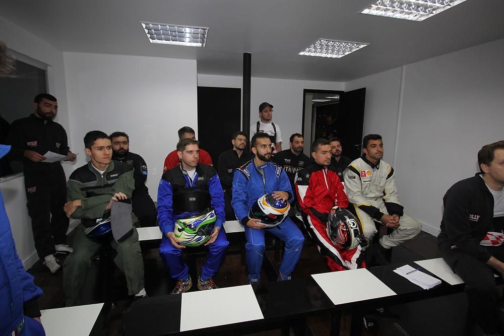 A cara de feliz de todo mundo... Prestando bastante atenção porque teria prova. PKL-E02 T-2017 Paulista Kart League PKL