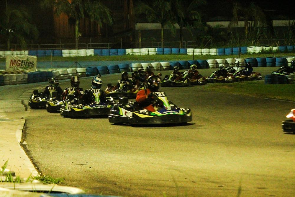 Fábio Ito (N°21), da N2Y, ainda à frente do pelotão, mas destaque para Alexandre Gregoski (N°18), da BTR, que já se colocava bem na corrida. PKL Paulista Kart League