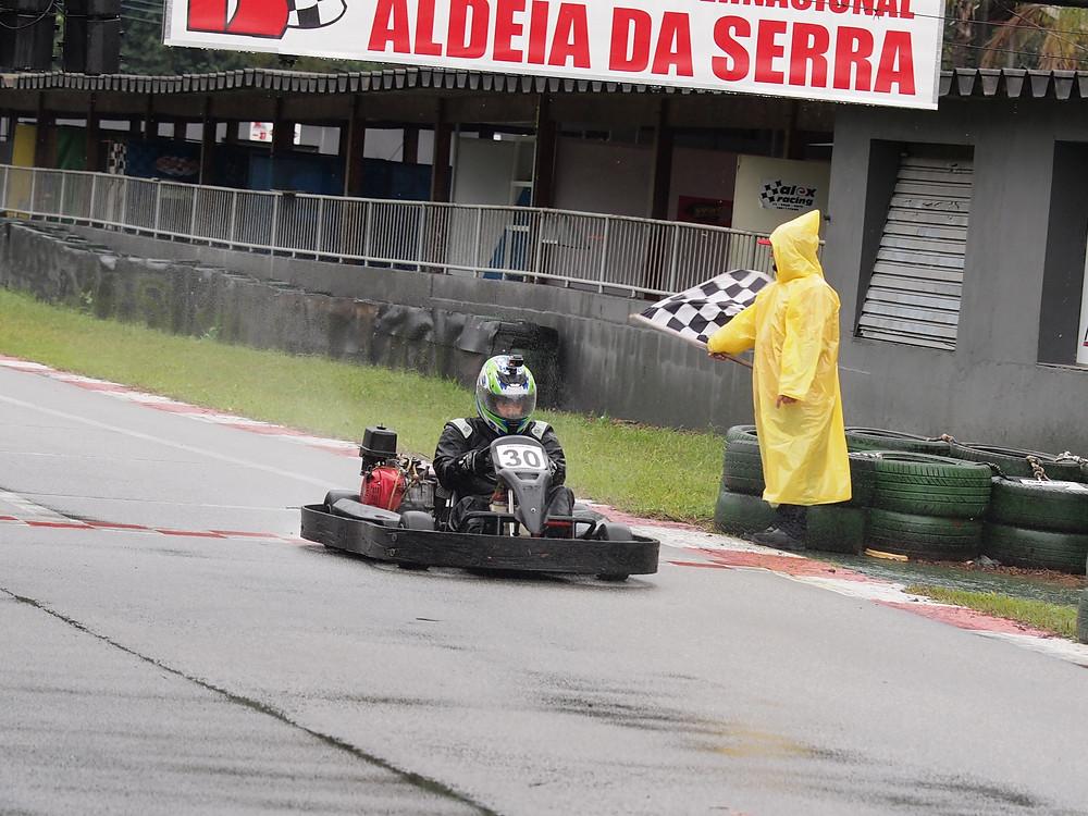 Rafael Nascimento (WRT) cruza a linha de chegada e conquista sua primeira vitória. PKL Paulista Kart League