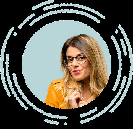 Mujer con lentes para ver mejor