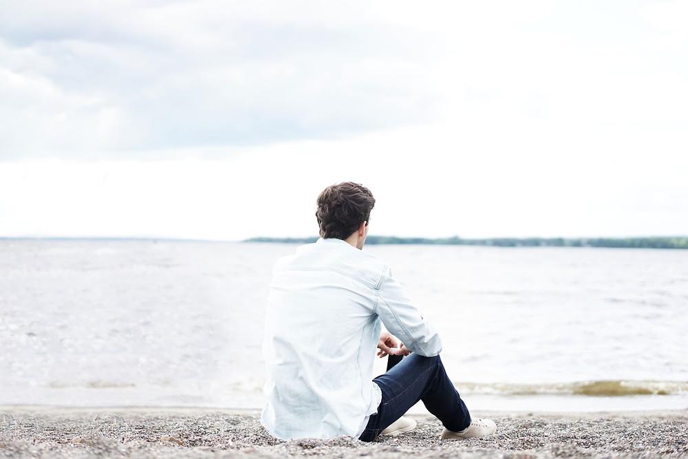 Personne qui réfléchit à son avenir, ses projets, qui éprouve des difficultés