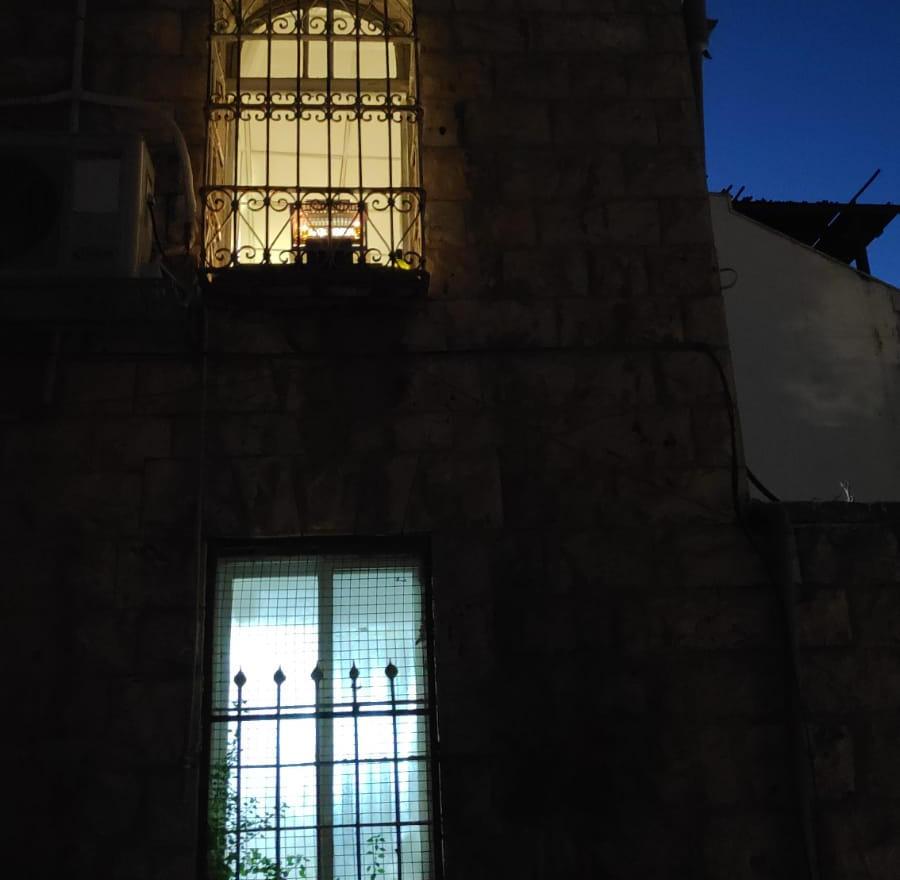 חלון עם חנוכיה.jpg
