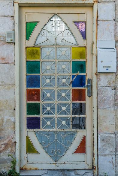 דלת צבעונית יפה