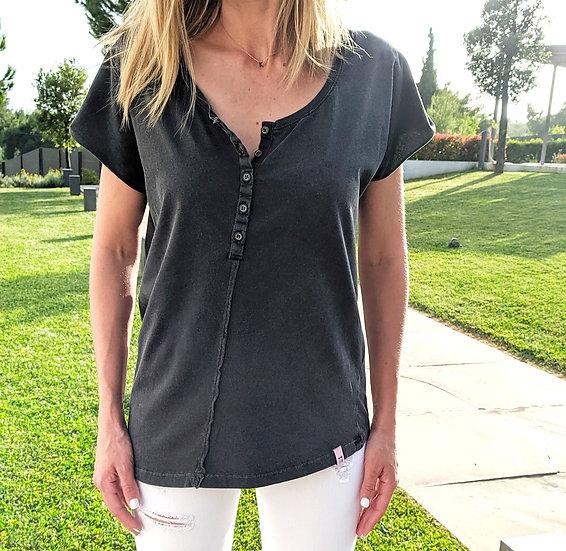 Κοντομάνικη μπλούζα με κουμπιά και ασύμμετρη ραφή