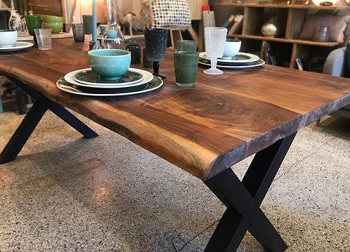 Table en Acacia et pieds métalliques