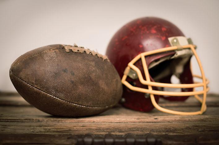Vintage Helm und American Football-Ball