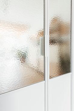 pivotdeur in witte kleur met glas