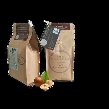 Pacote de café especial com algumas avelãs à frente