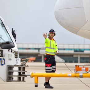 Kako pilot komunicira sa zemaljskim osobljem koje radi na prihvatu i otpremi zrakoplova?