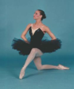 Stacey-BlackSwan-OneKnee