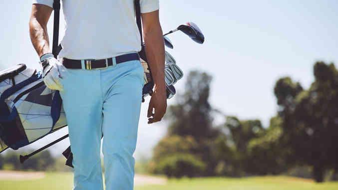 Golf-Spieler zu Fuß