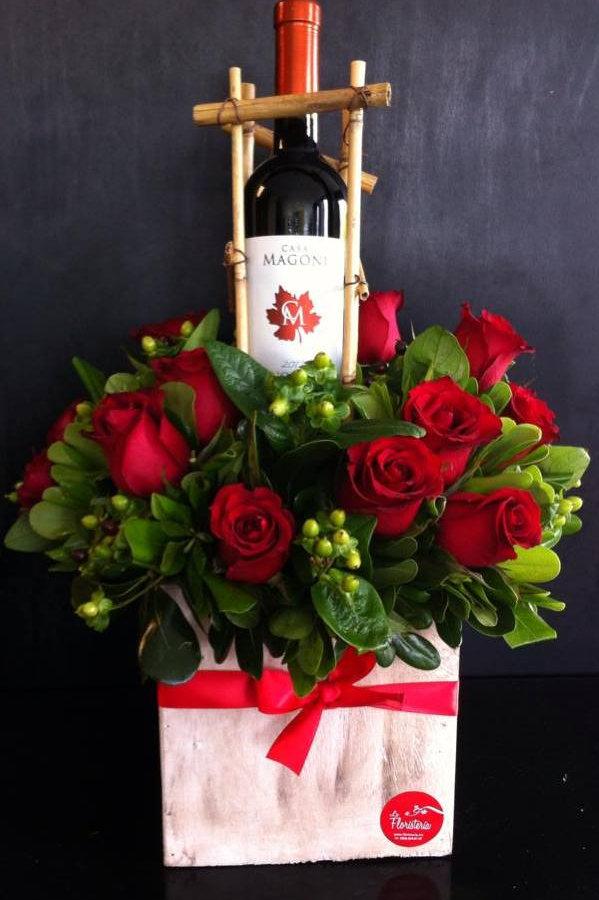 Rosas Y Botella De Vino