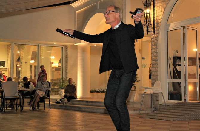 Gästernas afton med sång, musik och dans.