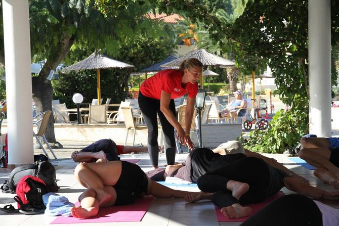 Yogastretch i paviljongen med Jessica