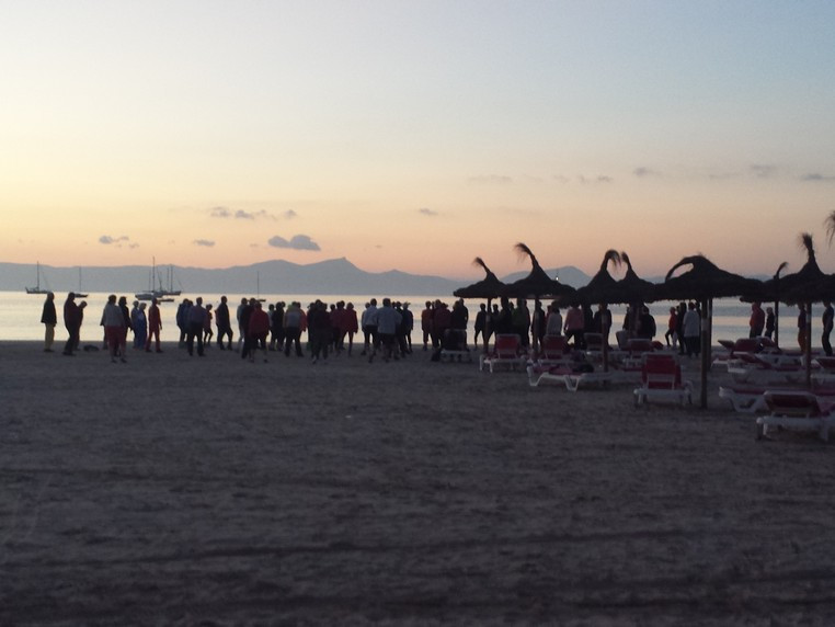Qigong i gryningen på stranden