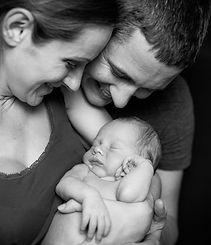 glückliche Eltern mit Neugeborenem