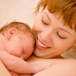 glücklichen hypnoBirthing Mutter mit Neugeborenem bonding