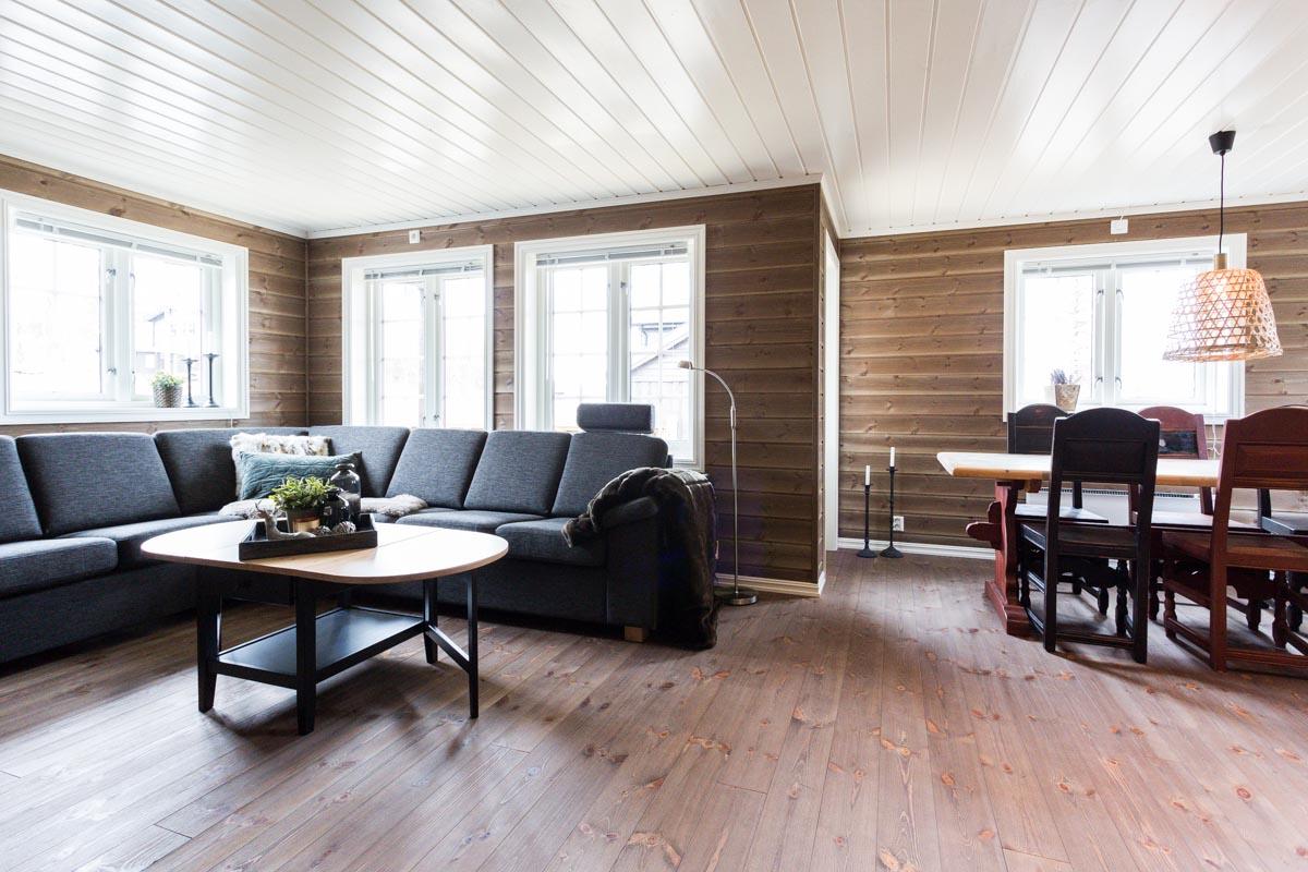 Hyggelig stue med god plass i sofaen