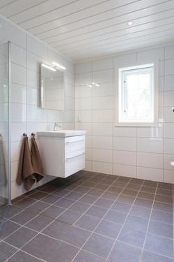 Bad med dusj, toalett og vaskemaskin