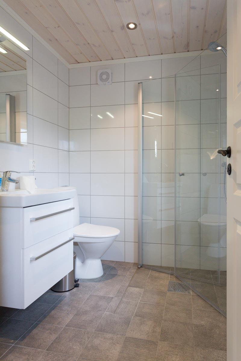 Bad med dusj, servant og toalett