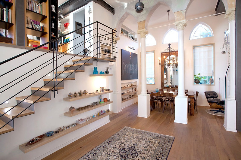 אדריכלות  ועיצוב פנים בית ביפו אדריכלית אפרת זילברמן. מדרגות חלל מגורים , עמודים, רצפת פארקט קורות פלדה