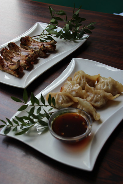 2 Teller mit chinesischem Essen von eat asia running sushi und all you can eat.