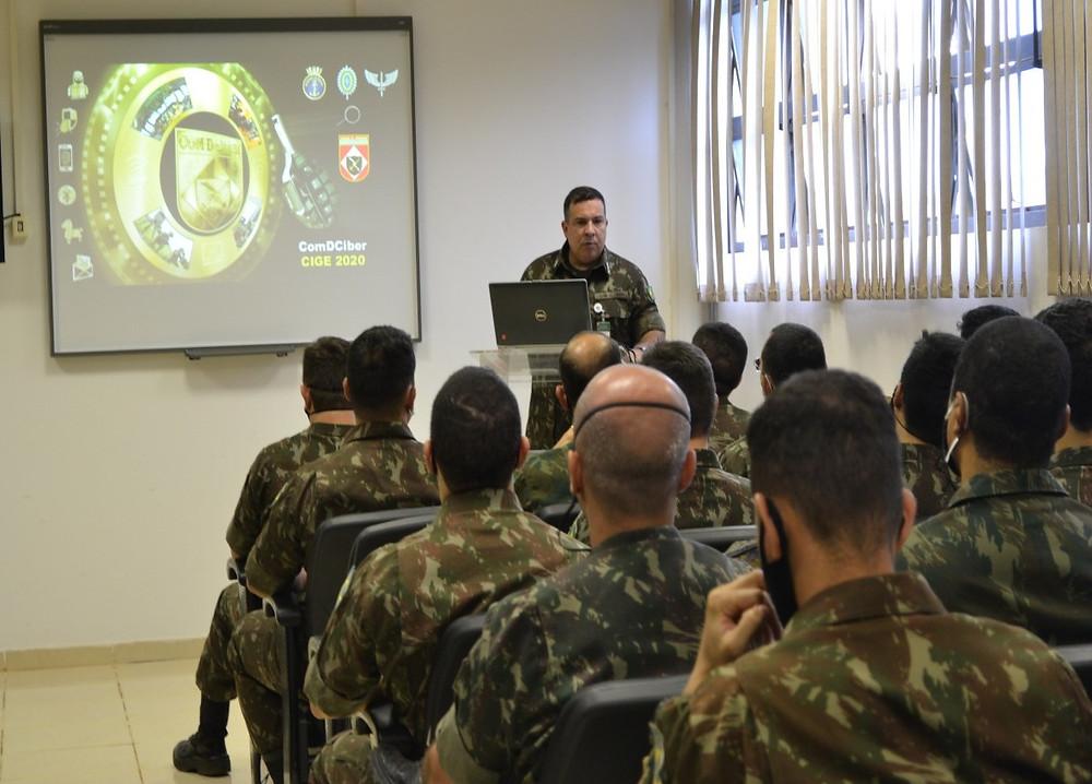 Coronel Luiz Cláudio de Souza Cunha em palestra no o Comando de Defesa Cibernética