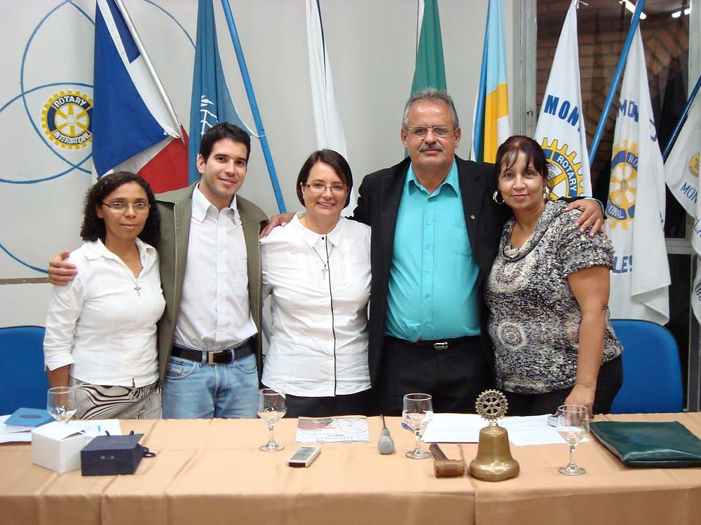 Da esqueda para direita: Irmã Maria da Paz, Jansen Santana, Irmã Marina Francisco Gardim, Martin presidente do Rotary Leste e Esposa.