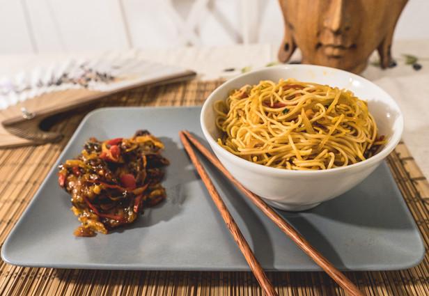 Hakka noodles with chilli mushroom