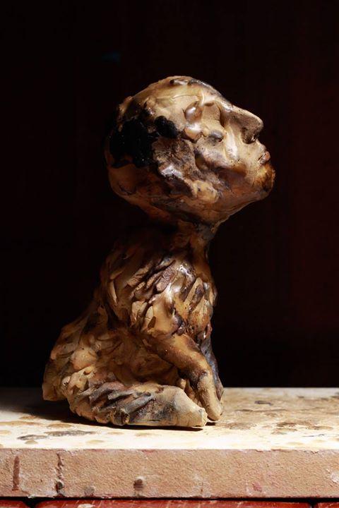 Cão desobediente (foto 1)__13,5x10x8cm_argila e cera de abelha_2014