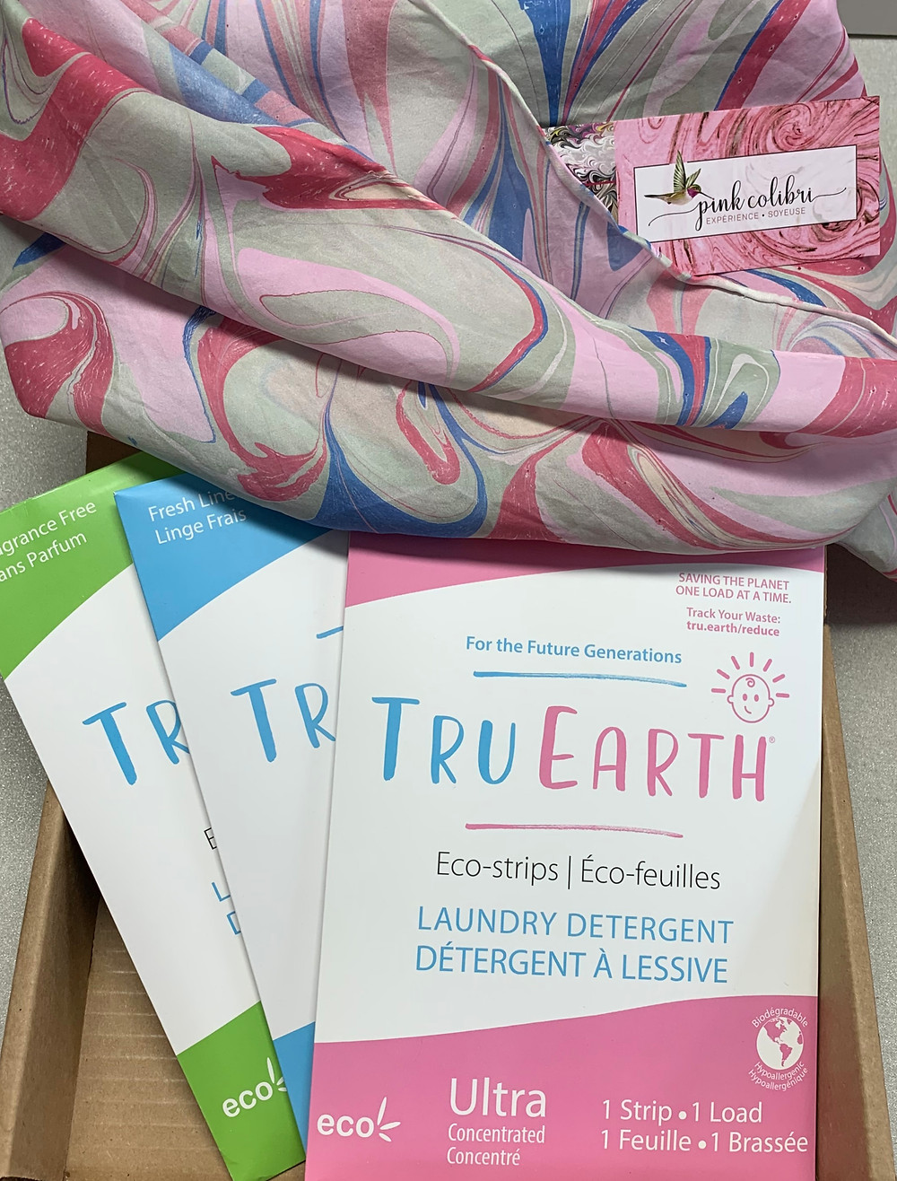 Bandelette de détergent à lessive écologique. Foulard de soie peint sur l'eau par Pink Colibri-Expérience Soyeuse.