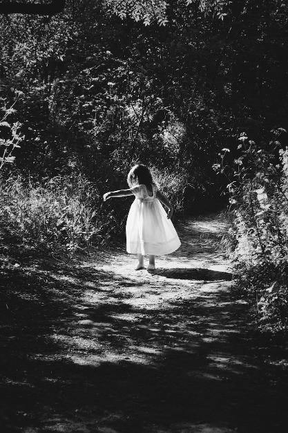 Mädchen tanzend im Wald   Trotzphase mit 5