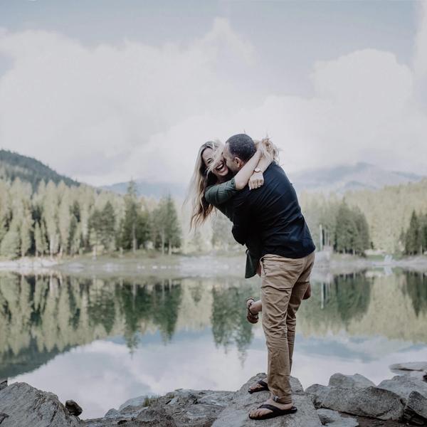 verliebtes Paar vor See