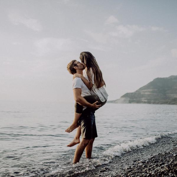Paar an Meeresklippe küssend