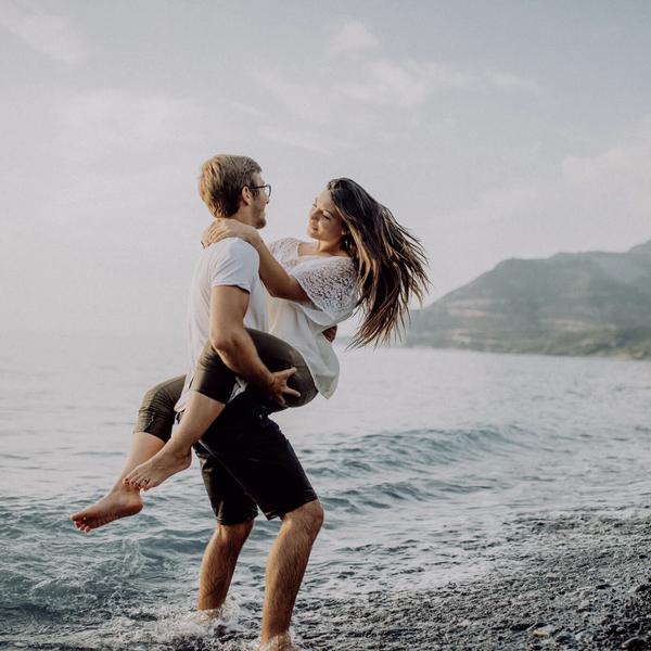 Paar an Meeresklippe