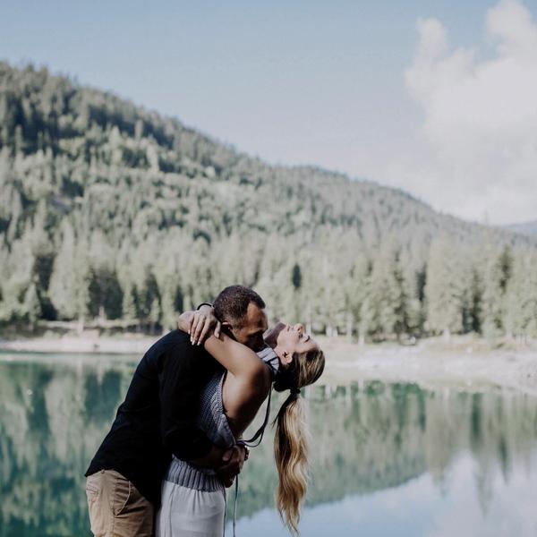 umarmendes Paar mit See im Hintergrund