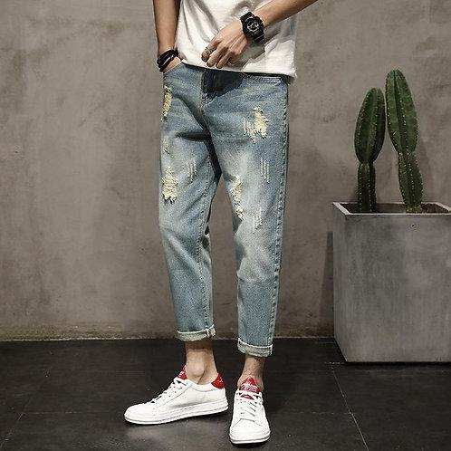 เต่อยีน แต่งขาดหน้าขาสีซีดกางเกงเป็นทรงเต่อแพทเทิร์นเทส์ๆ สไตล์หนุ่มเกาหลี