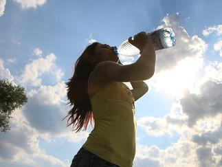 8 sintomas que dizem se você precisa de mais água + bônus para hidratação