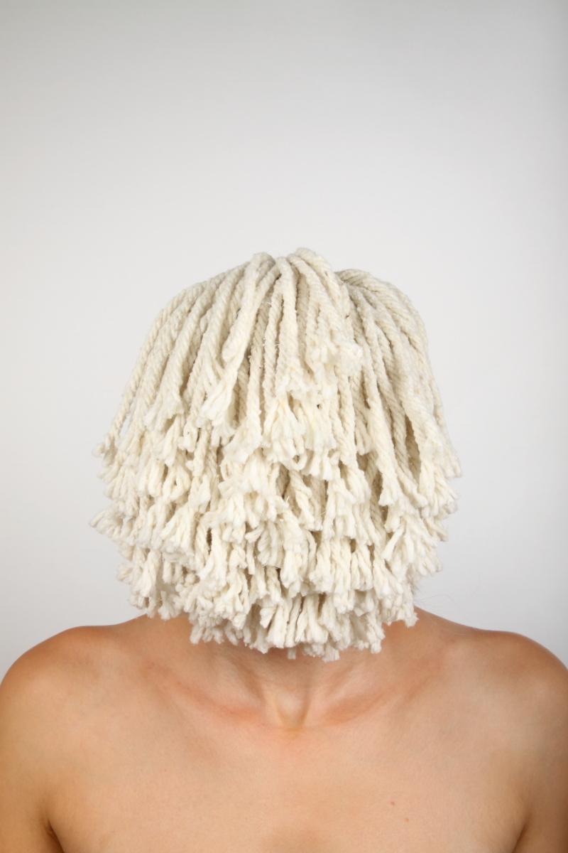 veronique-l-hoste-autoportrait-avec-serpilliere-a-franges