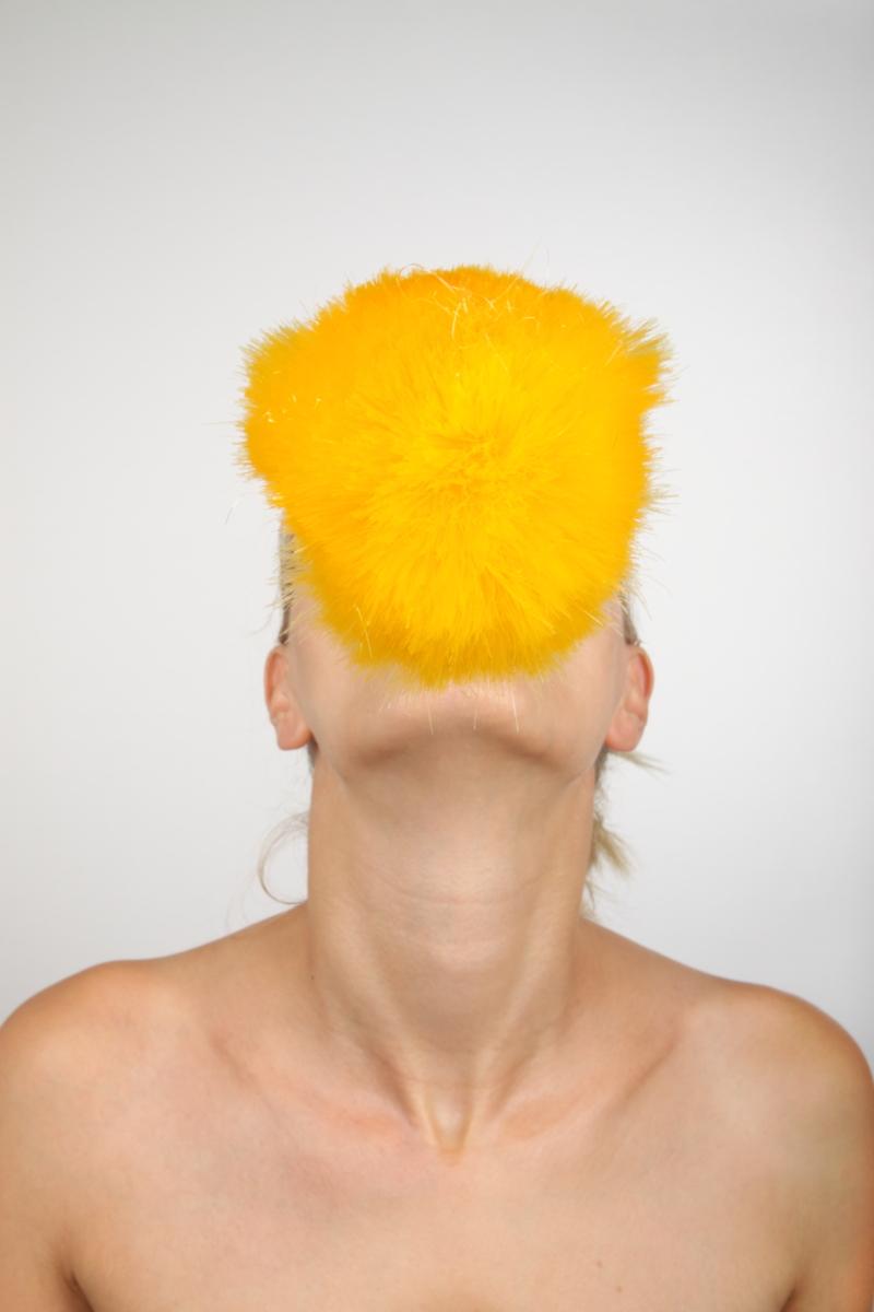 veronique-l-hoste-autoportrait-avec-plumeau-antistatique