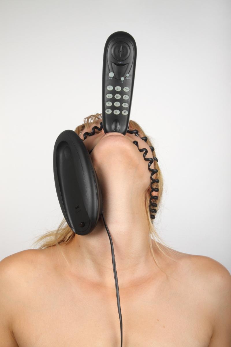 veronique-l-hoste-autoportrait-avec-telephone-fixe