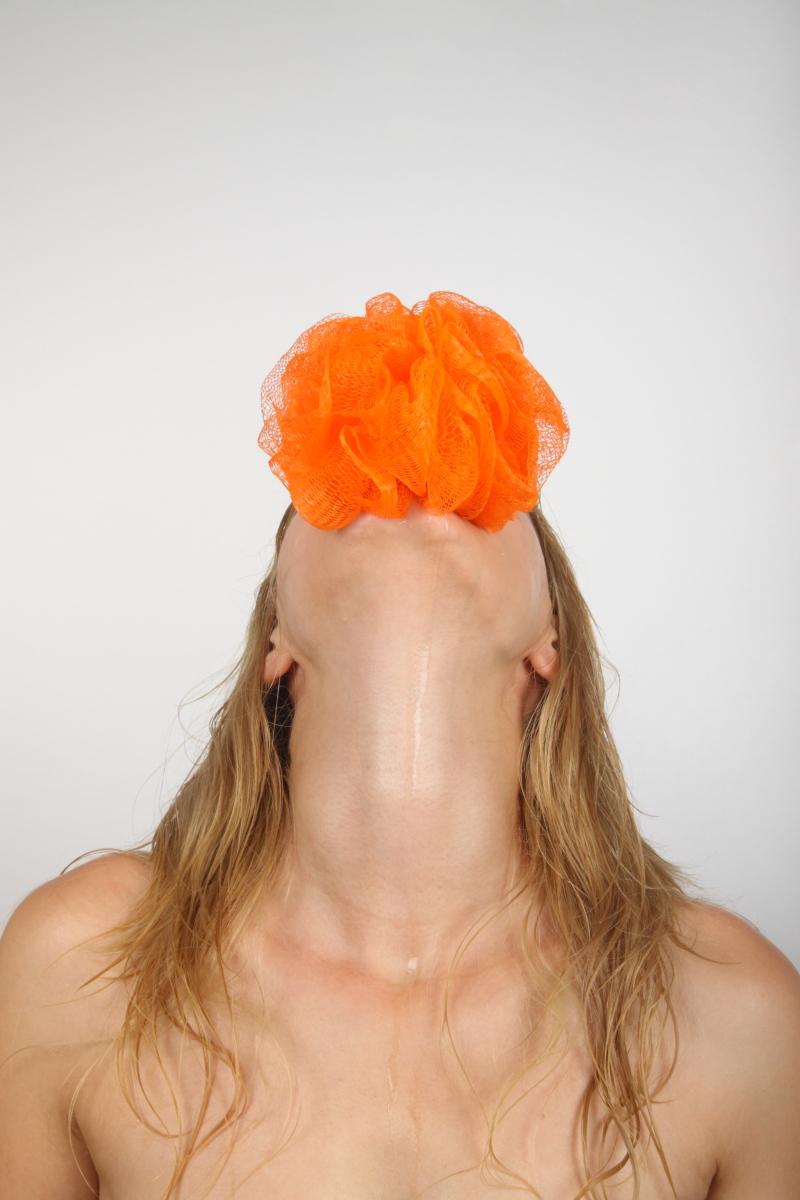 veronique-l-hoste-autoportrait-avec-fleur-de-douche