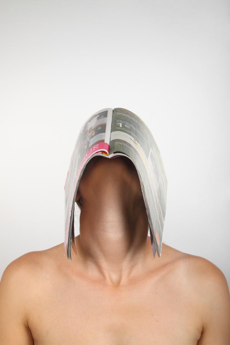 veronique-l-hoste-autoportrait-avec-magazine
