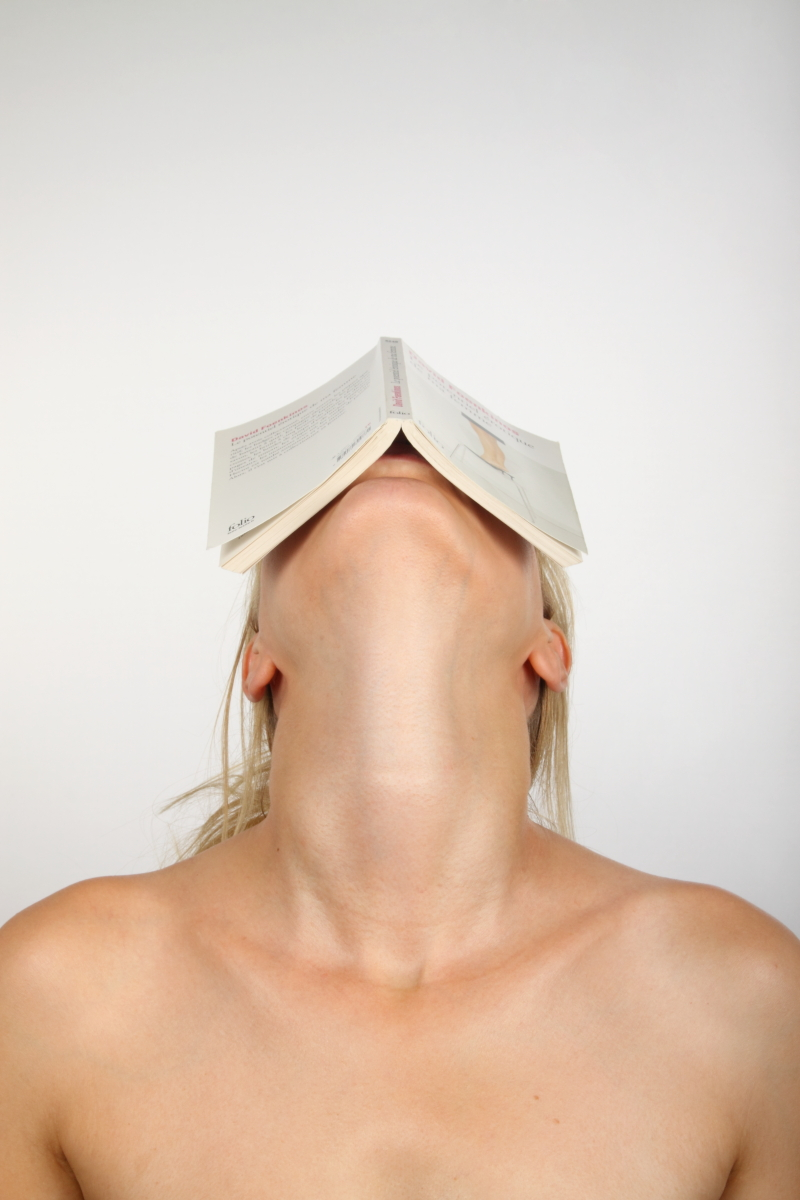 veronique-l-hoste-autoportrait-avec-livre-de-poche