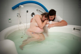 Relaxing-in-a-birth-pool-at-KEMH-during-labour-Perth-Birth-Photography