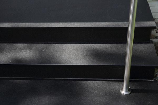 Nero Assoluto Treppe mit Edelstahlhandlauf