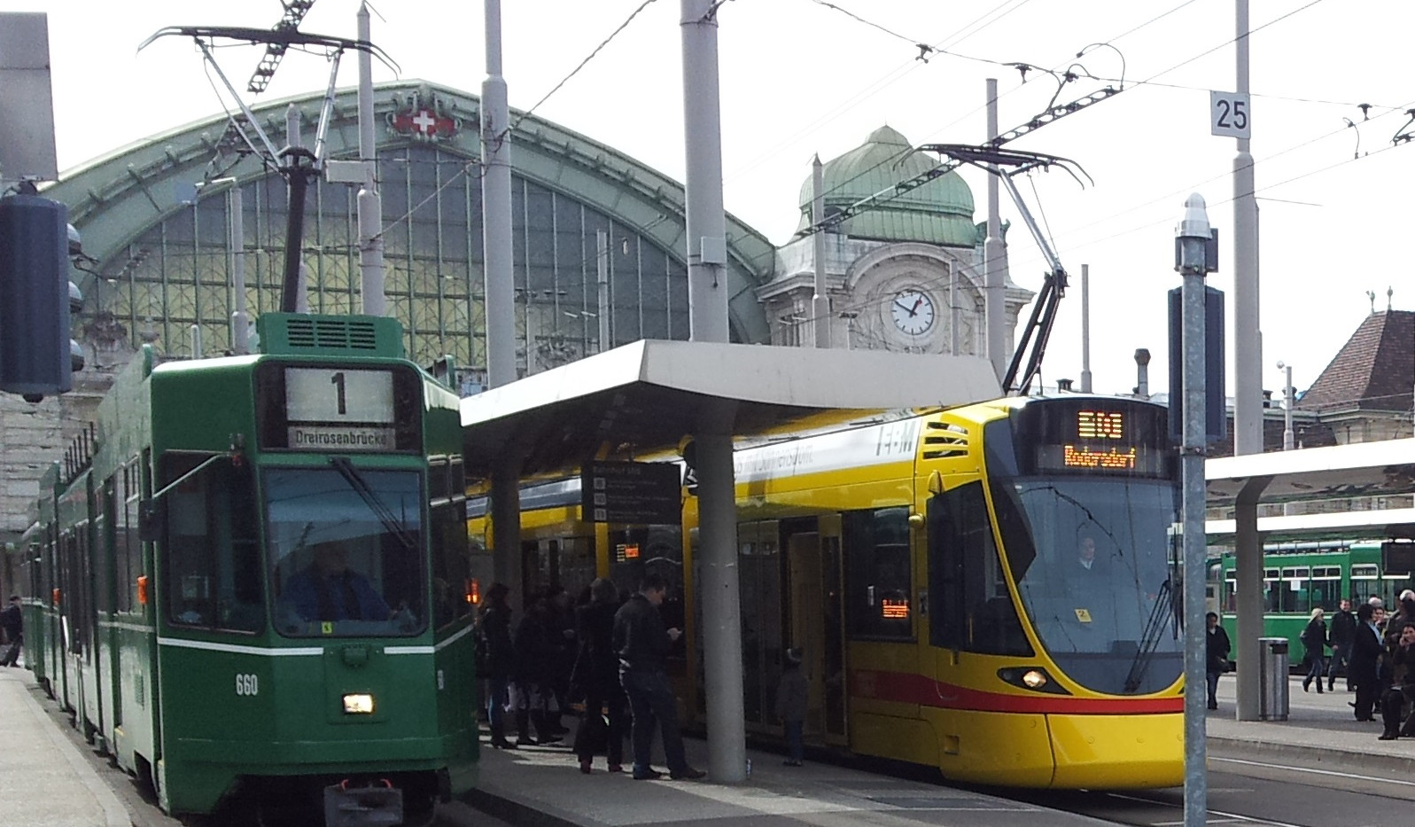 Basler Trams am Bahnhof
