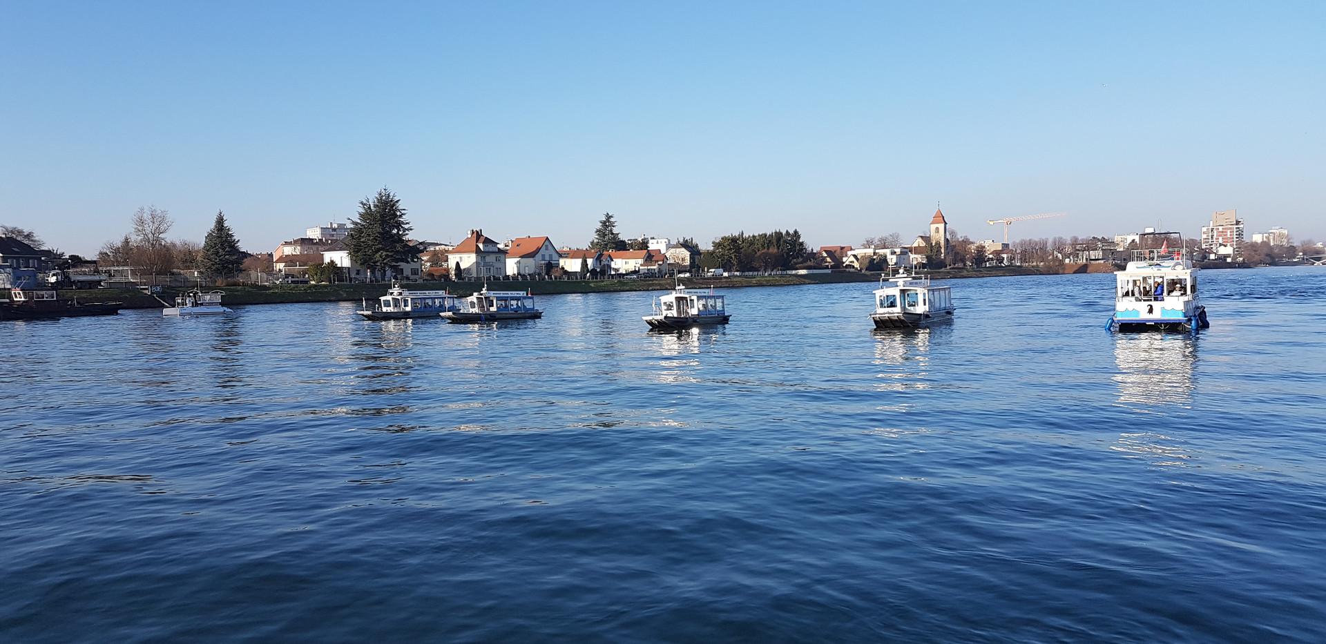 Total 8 Boote auf einer Linie