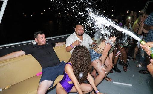 Miami Boat Parties | Miami Booze Cruise- Miami Turn Up Entertainment